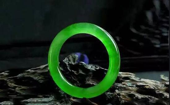 捕金手 I 又绿又透的翡翠 价值几何